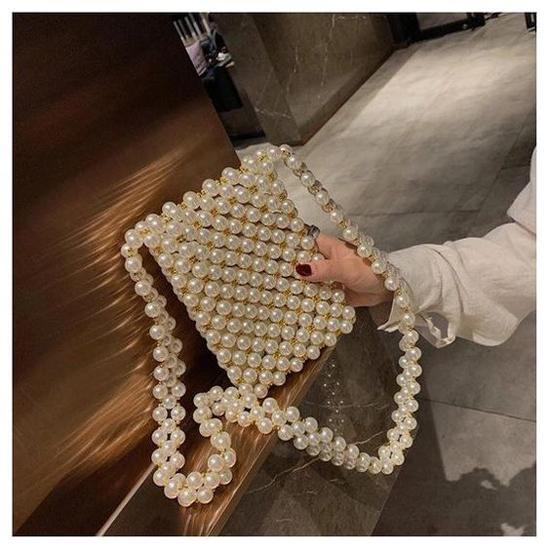 Về phom dáng, túi ngọc trai cũng vô cùng đa dạ. Ngoài kiểu túi vuông dáng gần giống mẫu Dior còn có nhiều mẫu túi đeo chéo, túi xách tay hay các dạng clutch độc đáo.