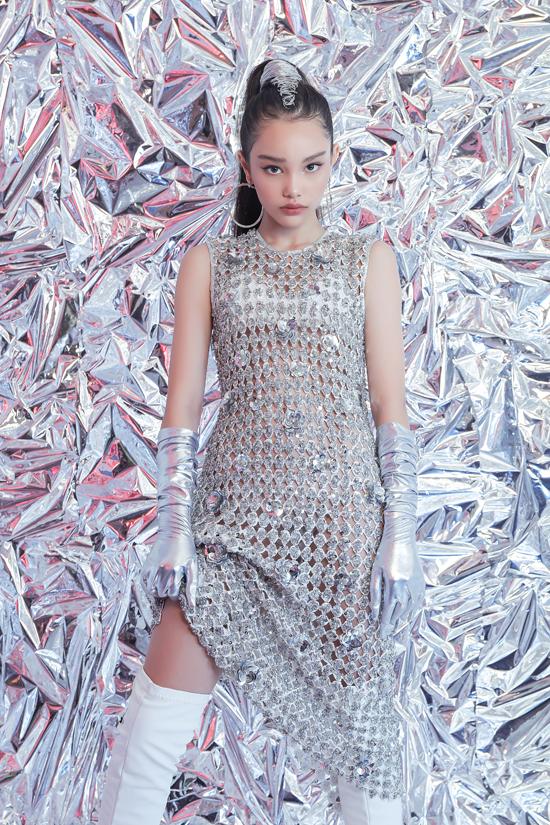 Bên cạnh các mẫu váy lấp lánh cho phái đẹp, Hà Nhật Tiến còn khai thác thêm nhiều mẫu trang phục ấn tượng dành cho các nhóc tỳ.