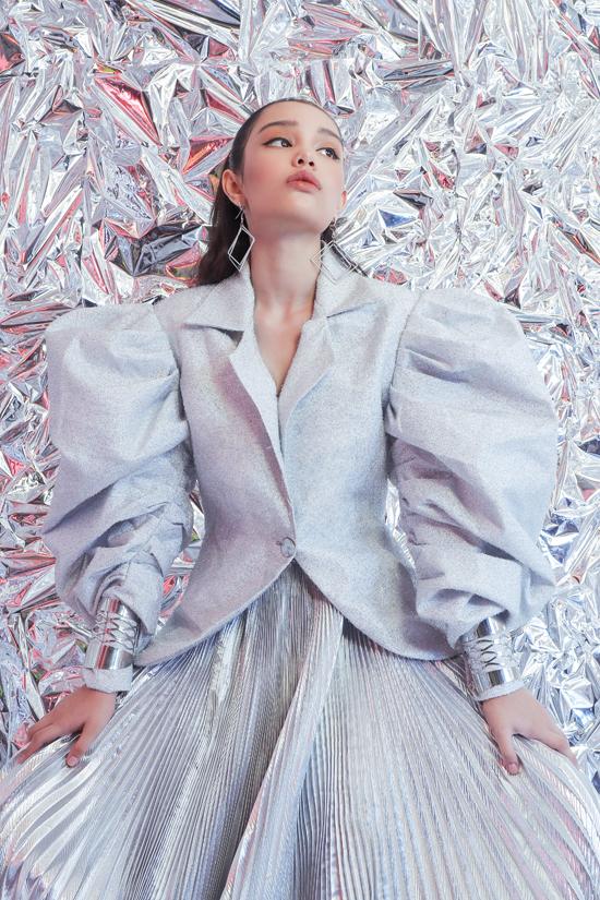 Mẫu nhí lai được ví von là bản sao nhí của Hồ Ngọc Hà có cơ hội thể hiện khả năng tạo dáng và diễn xuất trong bộ ảnh đậm chất thời trang.