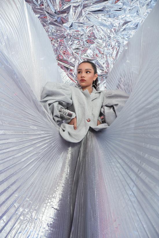 Chất liệu metaic, vải ánh kim, nhũ bạc được phối hợp một cách nhuần nhuyễn để mang tới nét bóng bẩy, hào nhoáng cho các set đồ.