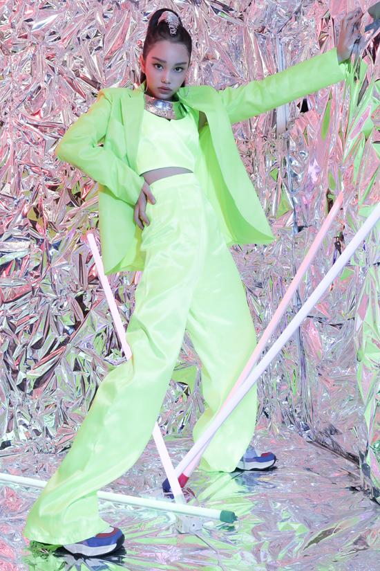 Bộ ảnh được thực hiện với sự hỗ trợ của stylist Phương Phương, trang điểm Huy Nguyễn, làm tóc Ken Huỳnh, accessoriesNgô Mạnh Đông Đông, asistantHạnh Nguyên -Thạch Thị Mẫn Ni.