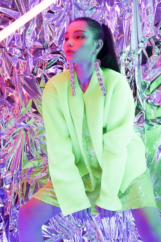 Ngoài vải ánh kim, Hà Nhật Tiến còn cập nhật xu hướng sử dụng vải tông màu neon đang được các fashionista thế giới ưa chuộng.