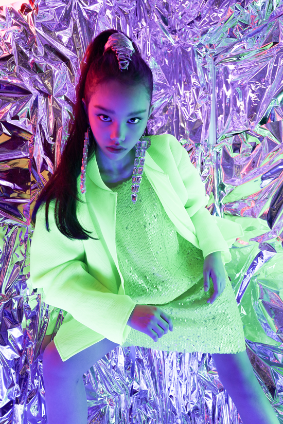 Sắc xanh neon trên nhiều chất liệu được dùng để mang tới các kiểu váy liền thân trẻ trung, áo vest cá tính cho thiếu nhi.