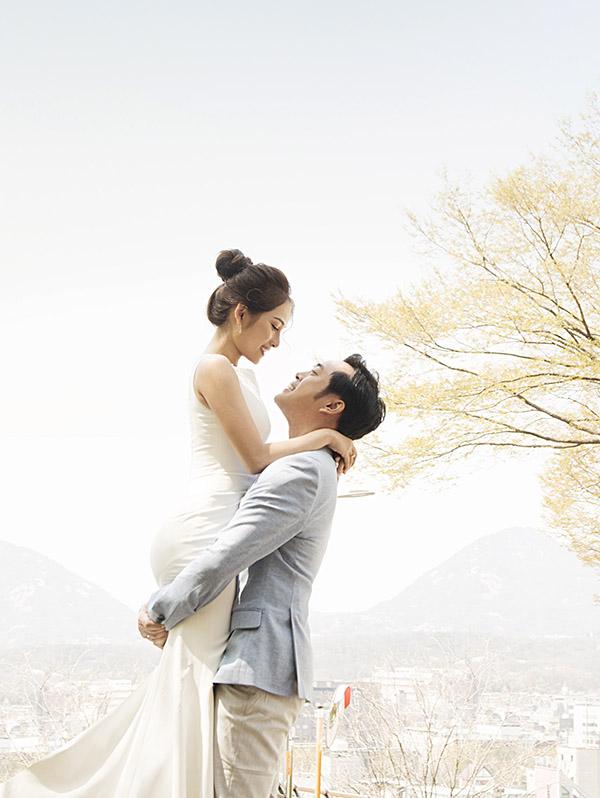 Ngày 2/6 tới cặp đôi tổ chức hôn lễ tại TP HCM, mời đông đảo bạn bè nghệ sĩ tham dự.