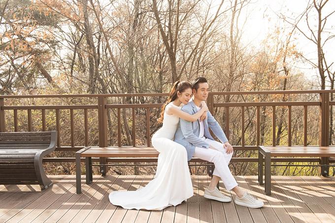 Đôi vợ chồng mặc trang phục thanh lịch, đơn giản diễn tự nhiên trước ống kính.