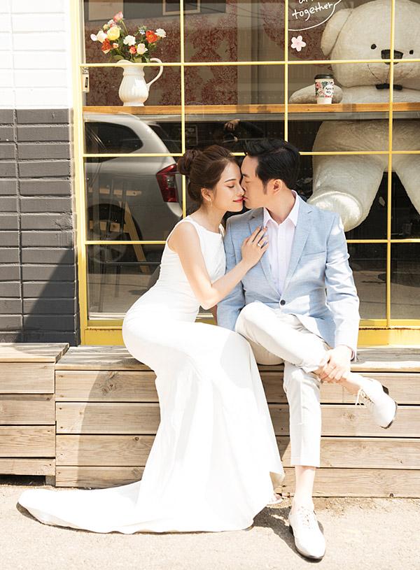 Vợ chồng Dương Khắc Linh - Sara Lưu say đắm môi kề môi khi chụp ảnh cưới.