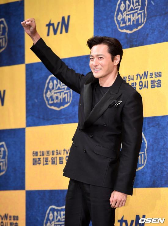 Góp mặt tại sự kiện, tài tử Jang Dong Gun diện vest lịch lãm, tóc chải gel mượt mà, phong cách rất chỉn chu, trái ngược với một chút phong trần, thoải mái của Song Joong Ki.