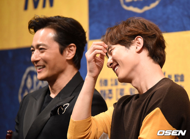 Hai nam chính của Arthdal Chronicles ra mắt báo chí. Trong suốt buổi họp báo, hai nghệ sĩ thường xuyên tương tác thân thiết, họ nắm tay nhau lên sân khấu, thi thoảng bắt tay, so găng... Kém Jang Dong Gun hơn một con giáp nhưng Song Joong Ki và đàn anh dường như rất hợp cạ.