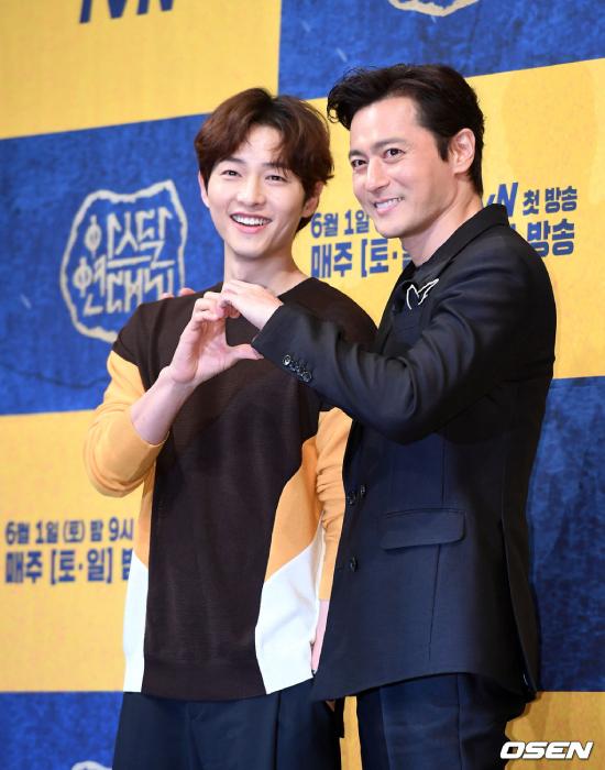 Jang Dong Gun, Song Joong Ki vật tay nhau trong họp báo - 4