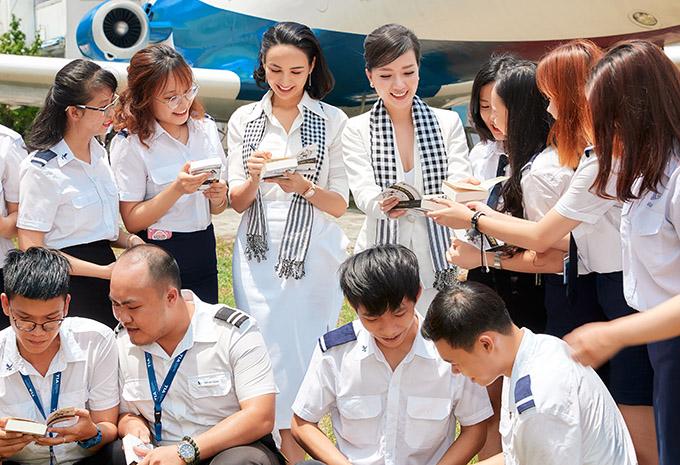 Ngọc Diễm, Băng Di ký tặng sách cho các sinh viên.