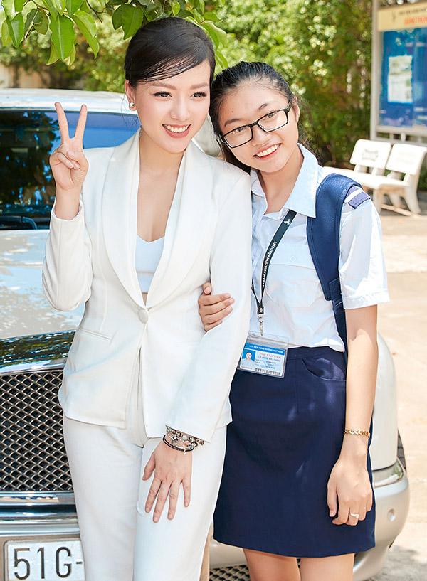 Băng Di vui vẻ chụp ảnh cùng một fan nữ.