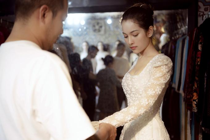 Sara Lưu - vợ sắp cưới của nhạc sĩ Dương Khắc Linh đi thử áo dài cưới.