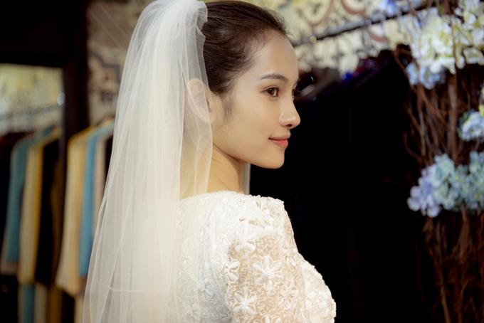 Cô đặc biệt thích gam màu trắng và muốn diện áo dài cách tân, cài khăn voan thay vì mặc áo dài đỏ, đội mấn truyền thống trong hôn lễ.