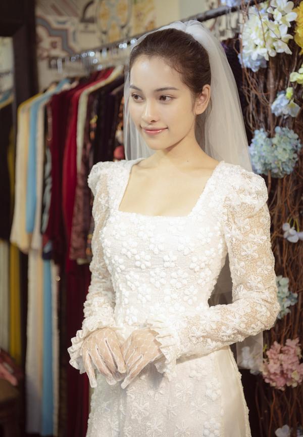 Bộ áo dài rất hợp với vóc dáng và vẻ đẹp, phong cách trẻ trung, hiện đại của Sara Lưu.