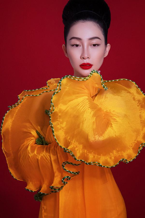 Điểm đặc biệt của đêm diễn và BST Tình Tang không chỉ dừng lại ở mặt ý tưởng mà còn phải kể đến các kỹ thuật xử lý vải và tạo hoạ tiết. Qua các thiết kế, người xem có thể thấy được cá tính của Thuỷ Nguyễn với các nét tươi vui, vô tư, dù tự tình một cõi mà vẫn không hề đơn độc được thể hiện qua các màu sắc rực rỡ, nguyên bản xuất phát từ tranh Đông Hồ và được sử dụng xuyên suốt các thiết kế của Tình Tang. Người xem cũng dễ dàng nhận ra những hoạ tiết không còn xa lạ từ các tranh Đông Hồ được yêu thích cũng xuất hiện trên nền váy trapeze ngắn đặc trưng theo phong cách rất riêng của Thuỷ. Bằng các kỹ thuật thêu phong phú, nhà mốt đãtạo nhiều hiệu ứng thị giác độc đáo, giúp các hoạ tiết nổi trên nền vải. Đây cũng là lời khẳng định rằng các giá trị thuộc về văn hoá dân gian chưa từng bị mai một mà ngược lại còn luôn có thể tìm được chỗ đứng cho mình trong dòng chảy văn hoá đương đại của đất nước.