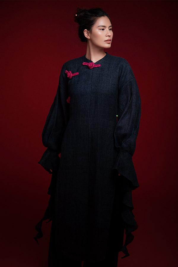 Thủy Nguyễn - chủ nhân sưu tập Tình tang tự thể hiện một số thiết kế của mình.