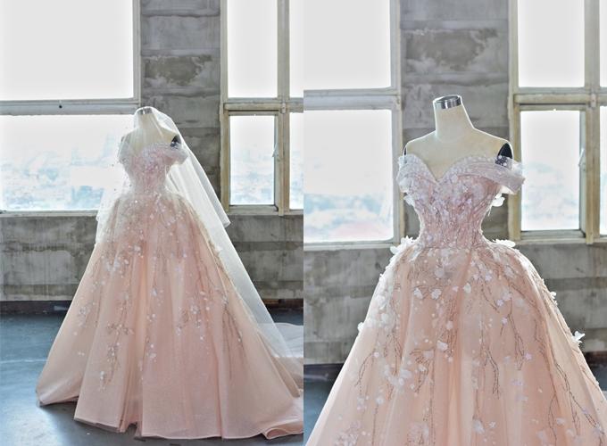 Bộ đầm Eden được làm từ chất liệu vải tulle ánh kim, tulle mềm. Thiết kế mang âm hưởng của thần thoại phương Tây với chi tiết đính kết tinh xảo, làm xiêu lòng cô dâu bởi dáng vẻ sang trọng. Với tôn chỉ đề cao vẻ thanh tao của người phụ nữ, bộ váy mang màu pastel nhẹ nhàng, giúp nàng mở rộng sự lựa chọn về trang phục ngày hỷ ngoài màu trắng tinh khôi.Bộ váy được bán với giá 100 triệu đồng, giá thuê 50 triệu đồng. Trang phục: Hacchic Bridal