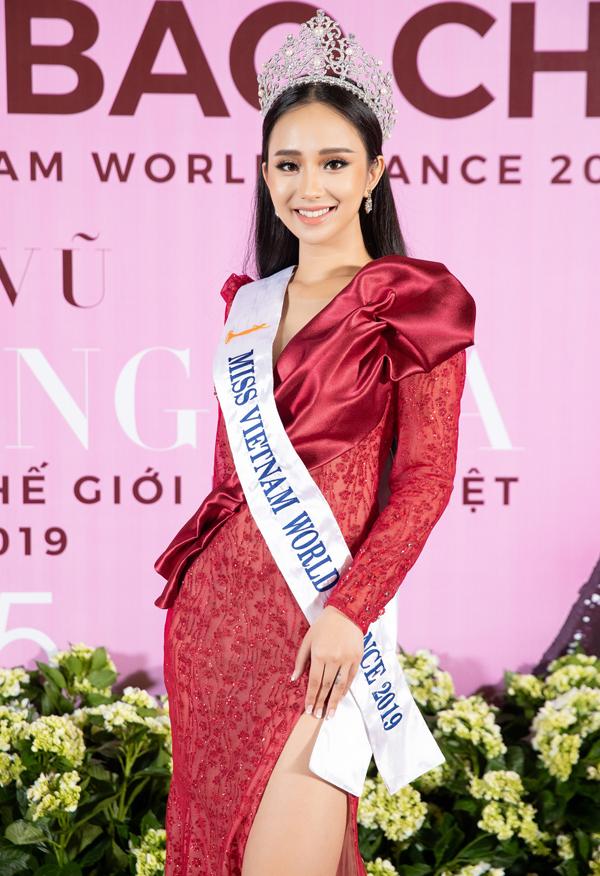 Người đẹp Hương Trà sinh năm 1998 vừa đăng quang Hoa hậu Thế giới người Việt tại Pháp 2019. Cô sở hữu chiều cao 1,72m và nhan sắc khả ái.