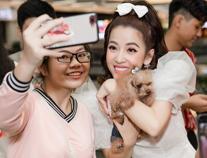 Một số fan teen tranh thủ xin chụp ảnh khi gặp được Puka ở rạp phim.
