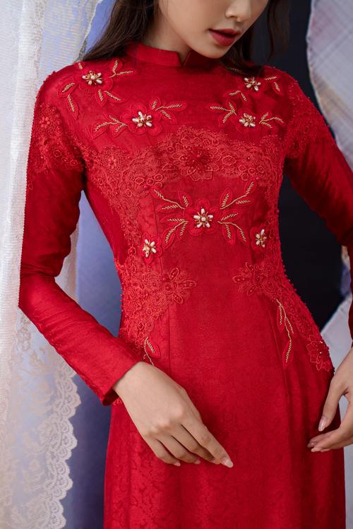 Mẫu áo giúp tân nương để lại ấn tượng sâu sắc với người xung quanh bởi vẻ kiều diễm và dịu dàng. Chất liệu vải còn có họa tiết hoa in chìm nữ tính.