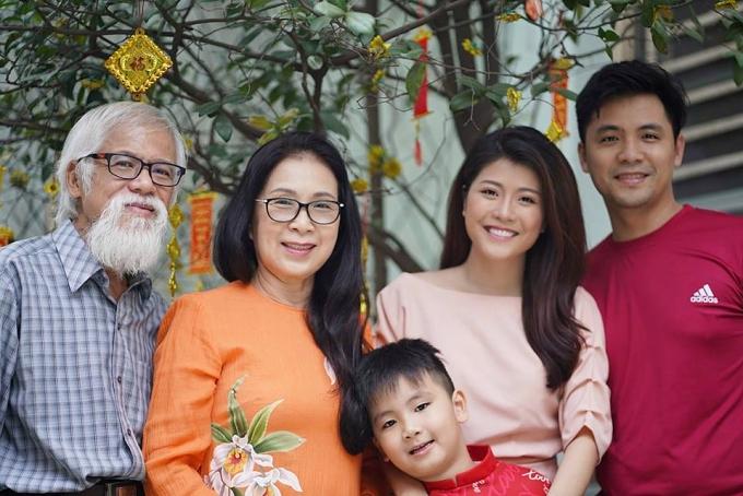 Không chỉ thành công với sự nghiệp diễn xuất, Kim Xuân còn viên mãn trong đời sống gia đình. Chị sống hạnh phúc cùng chồng, vợ chồng con trai Huy Luân và cháu nội Luân Khang. Kim Xuân tiết lộ, gần 40 năm chung sống, ông xã vẫn quan tâm chăm sóc, đưa đón chị đi diễn mỗi ngày.