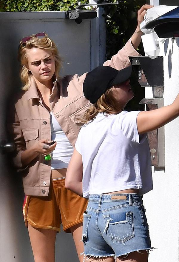 Cara Delevingne từng hẹn hò cả nam và nữ. Những mối tình gần đây của cô đều là với các người đẹp showbiz như ca sĩ Rita Ora, diễn viên The Fast and Furious Michelle Rodriguez hay người mẫu Paris Jackson.