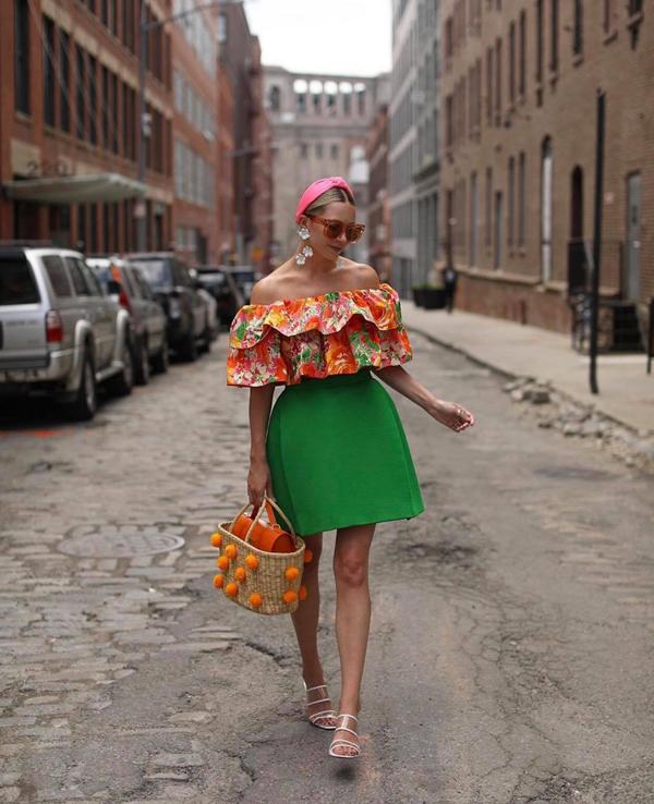 Phong cách thời trang hè cho những cô nàng yêu sắc màu rực rỡ với áo trễ vai in họa tiết, chân váy ngắn và làn xách tay trên chất liệu thân thiện môi trường.