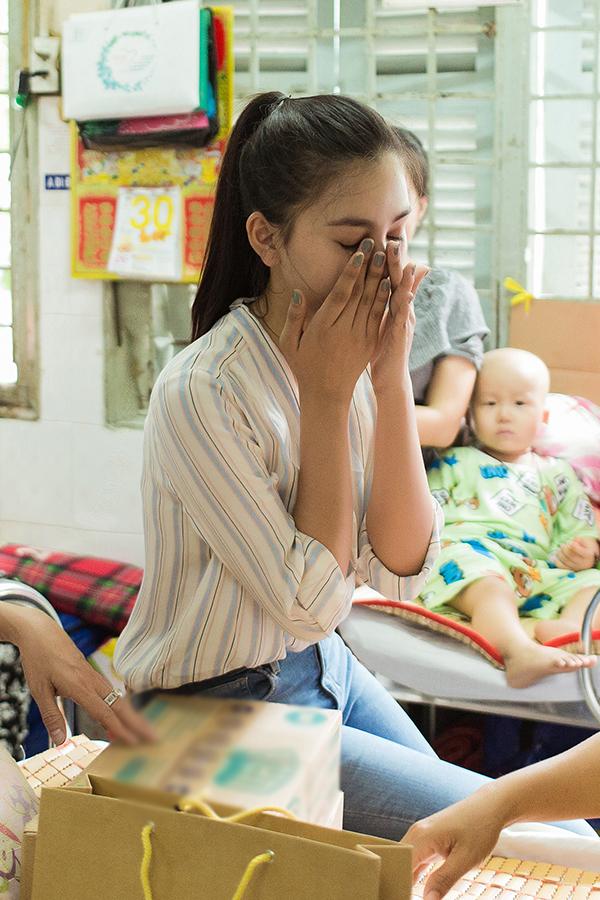Tiểu Vybật khóc khi lắng nghe câu chuyện xúc động. Từ ngày đăng quang Hoa hậu Việt Nam, cô gái 19 tuổi luôn nhiệt tình trong các hoạt động cộng đồng.