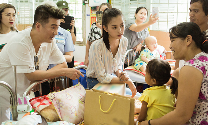 Trước thềm ngày thi sơ khảo Miss World Việt Nam, BTC cuộc thi tới thăm các bệnh nhi tại một bệnh viện.Ca sĩ Đàm Vĩnh Hưng trong vai trò giám khảovà Hoa hậu Tiểu Vy trong vai trò đại sứ cuộc thi cũng có mặt trong chuyến đi ngày 30/5.