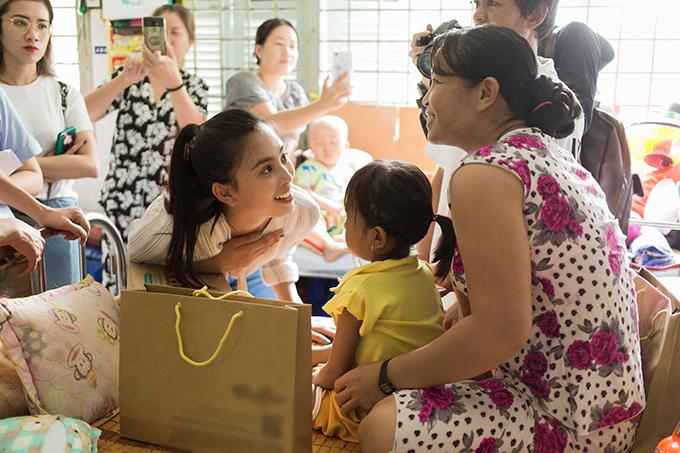 Hoa hậu Tiểu Vy tới thăm các em nhỏ ở từng giường bệnh, chia sẻ khó khăn với các gia đình và trao già cho các em cũng như các bà mẹ có con nhỏ bị bệnh.