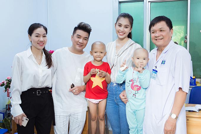 Đàm Vĩnh Hưng, Tiểu Vycùng đại diệnMiss World Việt Namchụp hình với bác sĩ và bệnh nhi. Vòng sơ khảo của Miss World Việt Nam tổ chức ngày 1/6.