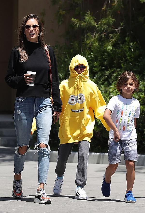 Alessandra Ambrosio có hai con Anja và Noah với bạn trai cũ - doanh nhân Jamie Mazur. Hiện tại, siêu mẫu hẹn hò nhà thiết kế thời trang Nicolo Oddi.