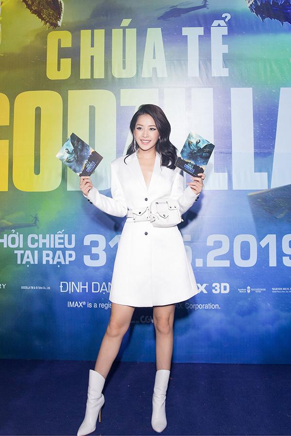Tối 30/5, Chi Pu cùng nhiều sao Việt dự họp báo ra mắt và xem phim Chúa tể Godzilla (Godzilla: King of Monsters) tại TP. HCM. Giọng ca Anh ơi ở lại mặc kín đáo với váy giả vest trắng kết hợp bốt cùng màu.