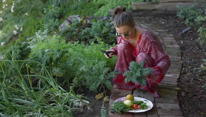 Miranda Kerr trồng rau sạch trong biệt thự triệu đô - 1