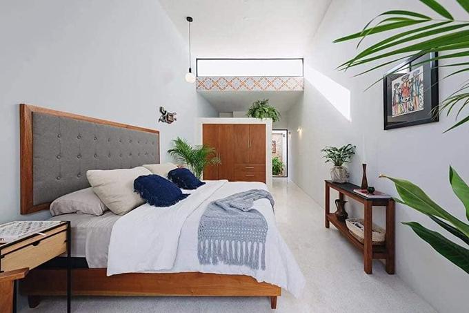 Vách ngăn vừa là tủ chứa đồ giúp phân biệt khu vực phòng ngủ với phòng tắm.