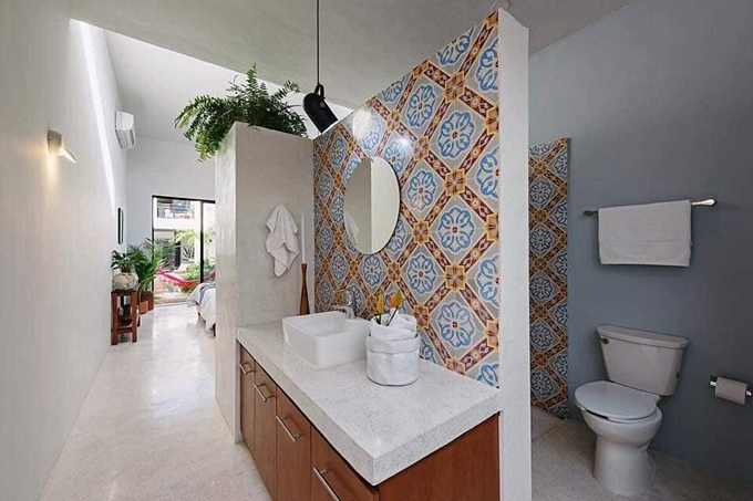 Gạch ốp tường phòng tắm và bồn rửa nhiều màu sắc, tạo nên một sự gắn kết, hài hòa cùng tổng thể.