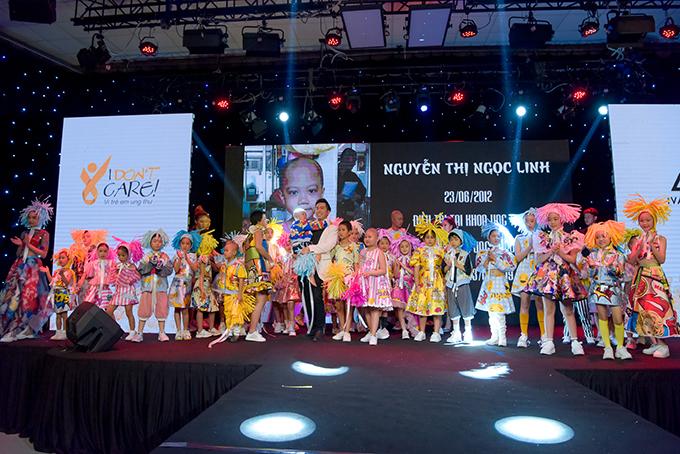 Trương Ngọc Ánh ủng hộ trẻ em ung thư diễn thời trang
