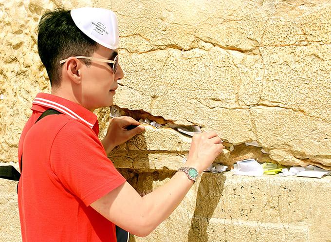 [Caption Hình 6,7:  Đối với người Do Thái, Bức tường phía Tây hay Bức tường Than khóc là điểm đến linh thiêng nhất tại vùng đất thánh Jerusalem tại Israel. Mỗi năm, nơi đây chào đón hàng triệu tín đồ, du khách tới hành hương. Họ thường đứng trước bức tường và thành kính cầu nguyện. Mọi người sẽ viết các điều ước của mình vào một mảnh giấy nhỏ, nhét vào các khe hở của bức tường. Những người mộ đạo tin rằng, nếu làm thế tại bức tường này, lời cầu khẩn của họ sẽ tới tai Thượng Đế và được đáp ứng.  Bức tường dài được chia khu vực cầu nguyện riêng biệt cho phụ nữ và nam giới. Nam giới vào khu vực cầu nguyện bất kể tôn giáo nào cũng được đề nghị đội lên đầu 1 chiếc mũ