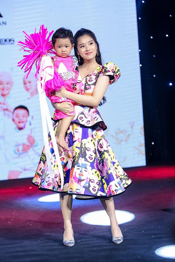 Trương Ngọc Ánh ủng hộ trẻ em ung thư diễn thời trang - 5