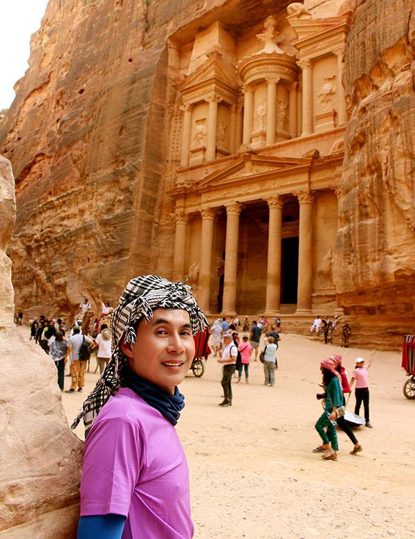 [Caption  Hình 16:  Petra (Thành phố Sa Thạch Đỏ hay thành phố Hoa hồng) là một thành phố cổ xinh đẹp và độc đáo hơn 2.000 năm tuổi nằm trong lòng núi đá tại Jordan có quần thể kiến trúc trải dài trên một diện tích hơn 200 km2. Trong khu vực địa hình có nhiều đồi núi, những khối đá sa thạch đa màu sắc đã được gọt đẽo tạo thành các công trình kiến trúc tuyệt đẹp làm say đắm lòng người.  Năm 1985, thành cổ Petra được công nhận là di sản văn hoá thế giới bởi UNESCO. Ngày 7-7-2007, Petra tiếp tục được công nhận là 1 trong 7 kỳ quan của thế giới hiện đại.