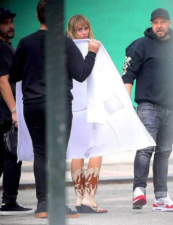 Miley liên tục thực hiện nhiều buổi chụp hình để quảng bá album.