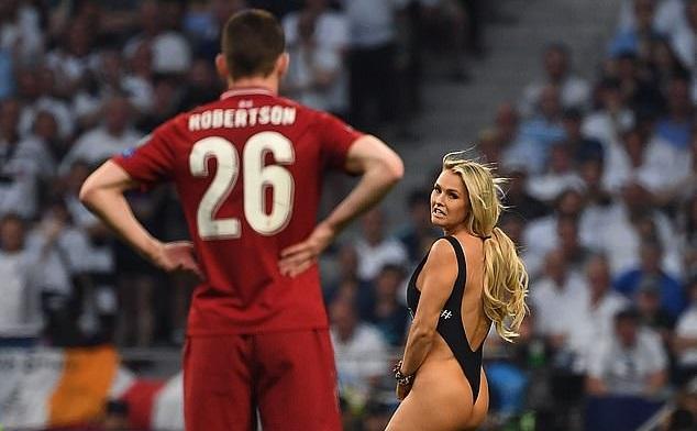 Hậu vệ Liverpool đứng hình vì sự cố bất ngờ. Ảnh: AFP.