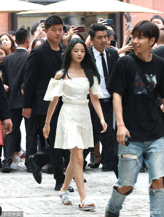 Trước đó, cô gái được cả một đoàn vệ sĩ tháp tùng đến sự kiện.