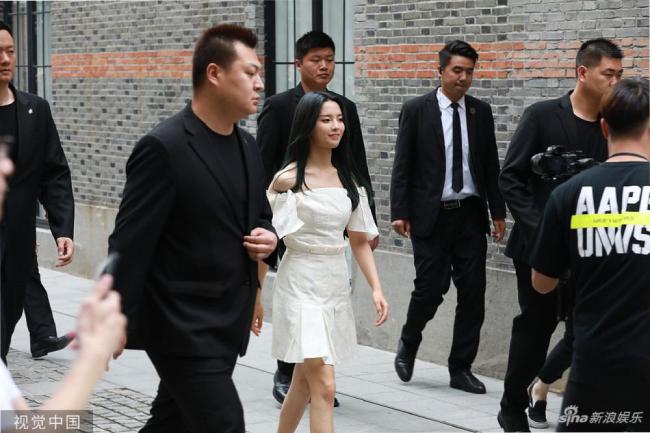 Siêu Việt trông rất rạng rỡ, tươi tắn khi dự sự kiện. Năm 2018, Siêu Việt cũng từng bị đả kích khi xuất hiện tại một sự kiện với đám đông vệ sĩ tháp tùng, cô còn được một nữ trợ lý dìu đi từng bước. Nhiều khán giả đả kích cô chắc là lần đầu đi giày cao gót đó mà.