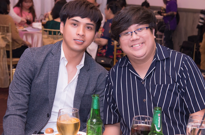 Ca sĩ Hồ Quang Hiếu (trái) và diễn viên Gia Bảo hội ngộ tại tiệc cưới A Tuân.