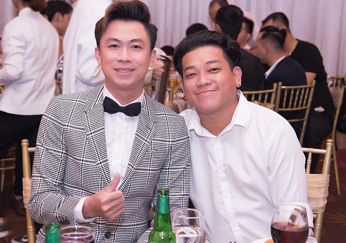 Ca sĩ Hồ Việt Trung (trái) và diễn viên hài Thanh Tân đến chung vui với đồng nghiệp.