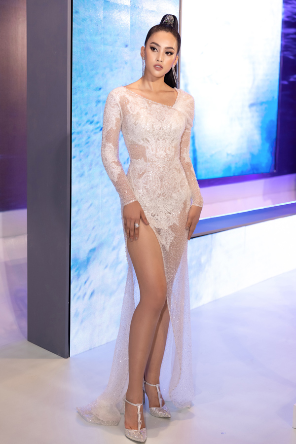 Thiết kế xuyên thấu sexy giúp Hoa hậu Tiểu Vy gây ấn tượng giữa rừng mỹ nhân tại show Đỗ Long.