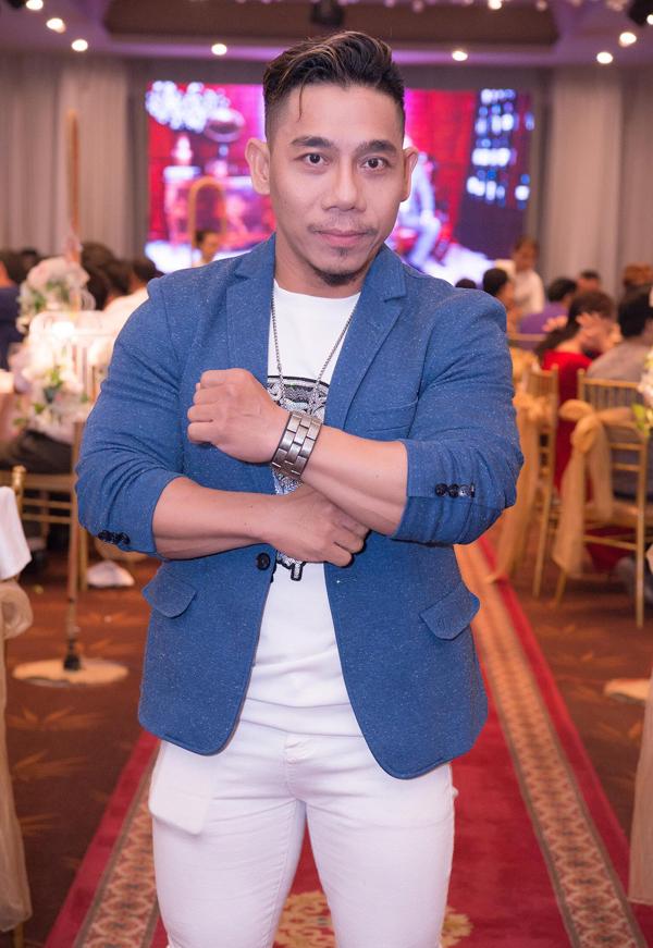 Lực sĩ Phạm Văn Mách có mối quan hệ với nhiều nghệ sĩ showbiz.