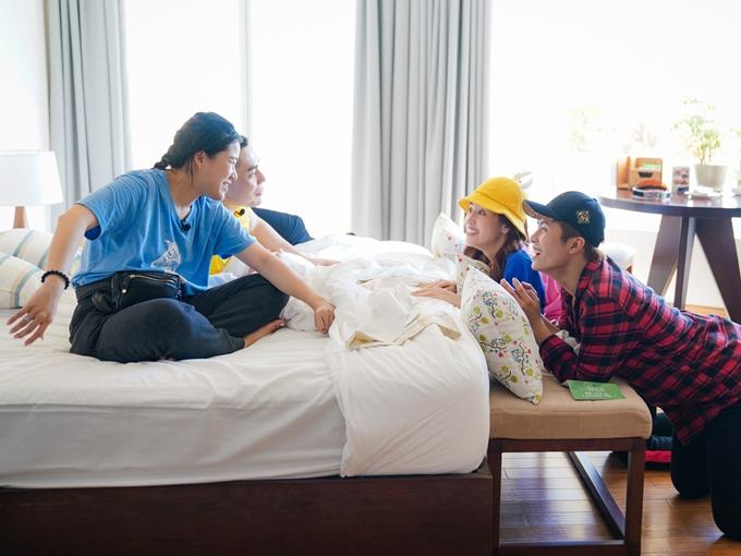 Lâm Vỹ Dạ và Lê Dương Bảo Lâm (trái) giành chiến thắng cùng phần thưởng là một căn phòng đầy đủ tiện nghi. Tuy nhiên, Puka và Gin Tuấn Kiệt vẫn quyết tâm cướp lấy chiếc giường êm ấm trong phòng.