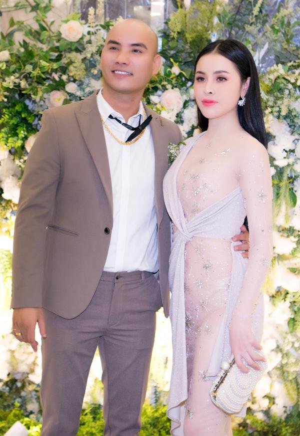 Chú rể A Tuân chụp ảnh cùng người đẹp Thư Dung.